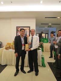 Chủ tịch UBND tỉnh ĐắkLắk, ông Phạm Ngọc Nghị chụp ảnh lưu niệm với ông Nguyễn Văn Hòa giám đốc công ty (Ngày 10-03-2015).